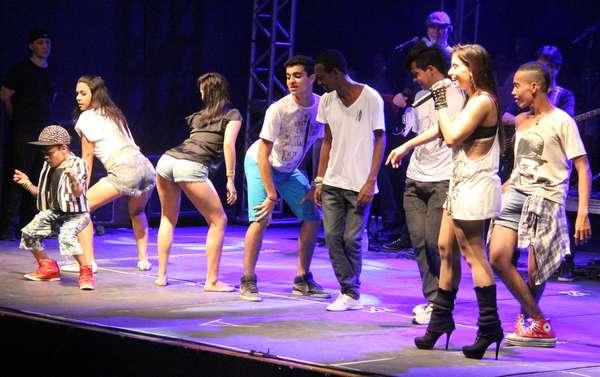 Em show na boate Element Club de Belém (PA), na noite de domingo (30), a funkeira Anitta convidou fãs ao palco para rebolar frente ao público