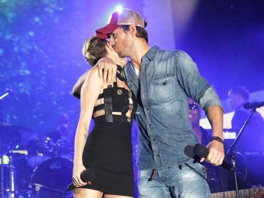 Enrique Iglesias compartió tarima con Miley Cyrus para anunciar la presentación de Pitbull en el iHeartRadio Ultimate Pool Party, realizados en Miami. El cantante español aprovechó el momento para darle tremendo abrazo con beso incluido a su colega ¿Cómo lucen este par juntos?