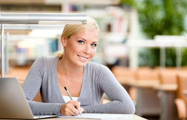 Presente tanto nas lâmpadas quanto na tela do computador, a luz branca é capaz de atingir até a camada mais profunda da pele