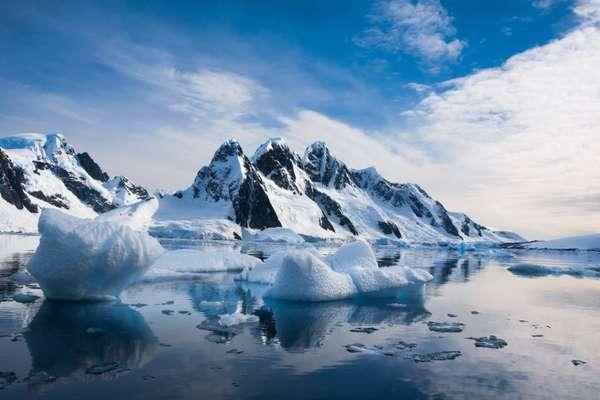 1. AntárticaAs paisagens da Antártica proporcionam visuais incríveis, com imensas extensões brancas, geleiras, icebergs turquesa, além de pinguins e outros animais