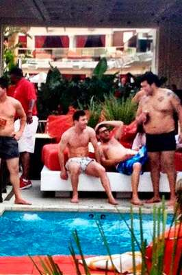 Ronaldo organizó una fiesta privada en un hotel de Las Vegas y Lionel Messi fue su invitado de honor. Los astros del fútbol se divirtieron al borde de un piscina, rodeados de otros famosos y hermosas chicas en diminutas bikinis