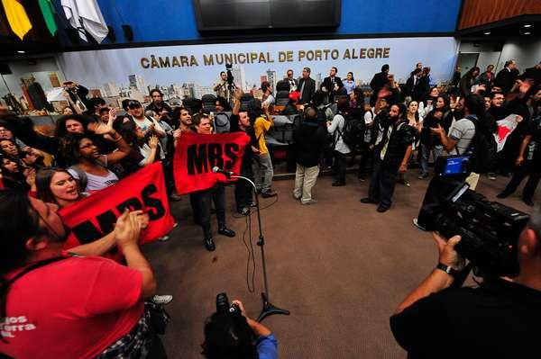 10 de julho - Integrantes do Movimento Passe Livre (MPL) e do Bloco de Luta ocuparam na noite desta quarta-feira o plenário da Câmara Municipal de Porto Alegre