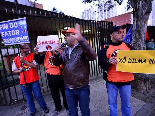 "São Paulo Manifestantes levaram faixas pedindo ""Fora, Dilma"" e ""Xô, Dilma"""