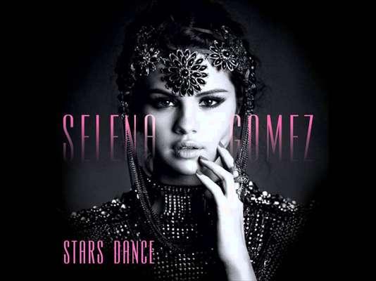 """Selena Gómez debe de estar brincando en un pie, pues gracias a su nuevo disco """"Stars Dance"""" se adueñó por primera vez de la posición de honor en el chart Billboard 200."""