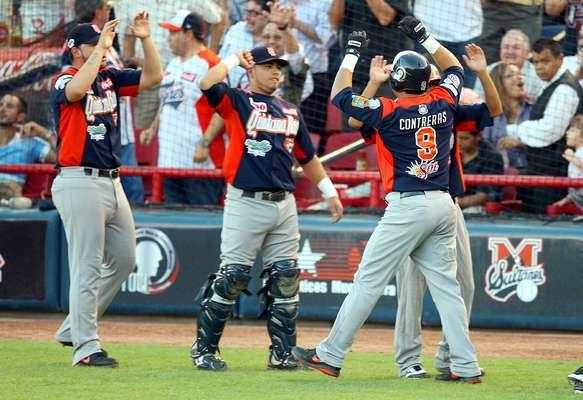 """Los Tigres de Quintana Roo se adjudicaron su corona número 11 en la Liga Mexicana de Beisbol (LMB), tras vencer por 5-2 a Sultanes de Monterrey y dejar en 4-1 la Serie Final por el título 2013.Los """"felinos"""" de Cancún lograron la hazaña de ganar los tres partidos como visitantes en el Estadio de Beisbol Monterrey. El MVP de la Serie del Rey fue Albino Contreras con 2 HR y 8 carreras producidas."""