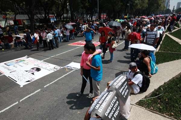 La Coordinadora Nacional de Trabajadores de la Educación (CNTE) se movilizó a la Cámara de Diptados para manifestarse contra la Ley de Servicio Profesional Docente.