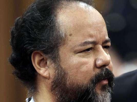 Apenas un mes después de haber sido condenado a prisión de por vida, Ariel Castro, el hombre que secuestró, violó y maltrató durante una década a tres mujeres en Cleveland, Ohio, apareció ahorcado en su celda la noche de este martes.