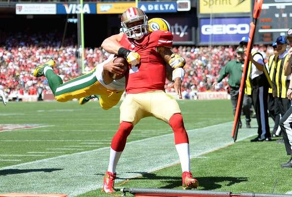 Clay Matthews voló sin piedad sobre la humanidad de Colin Kaepernick cuando el QB ya estaba fuera del campo, lo que provocó la reacción de los jugadores de San Francisco, quienes fueron a reclamarle al defensivo de los Packers por tremendo golpe, considerado incluso como intencional