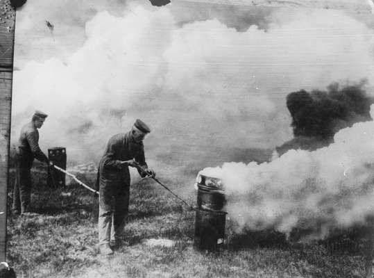 Primeira Guerra Mundial, 1915: soldados alemães se aproveitam da direção do vento para lançar gás mortal sobre os inimigos