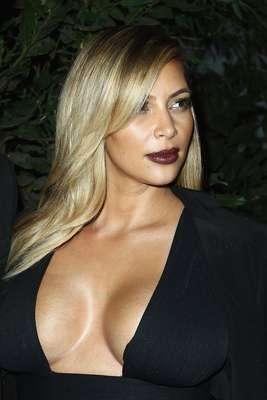 Kim Kardashian llama la atención con sus sugerentes escotes que ha mostrado a tan sólo cuatro meses de haber dado a luz a su hija North.