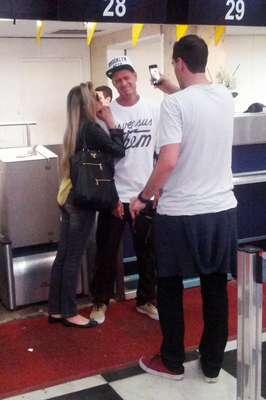 O romance de Bárbara Evans e Mateus Verdelho continua firme e forte desde o reality show 'A Fazenda 6', da TV Record, onde se conheceram. Nesta quinta-feira (3), o casal foi clicado ao embarcar no aeroporto de Congonhas, em São Paulo, em clima descontraído