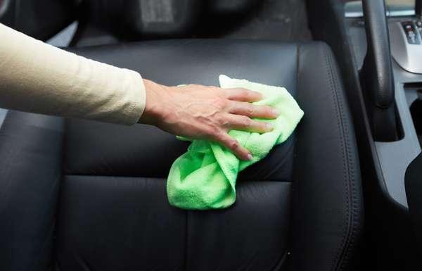 Motorista não deve evitar água ao limpar os bancos do carro. Um pano úmido é o suficiente