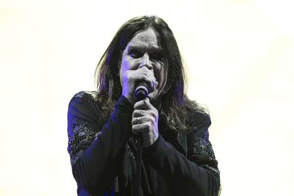 'War Pigs'fue la canción que dio apertura al show frenético de Black Sabbath en Bogotá y el éxito 'Paranoid'fue el tema que clausuró la visita de Ozzy Osbourne y su corte en nuestro país. Dave Mustaine, líder de Megadeth, declaró a los asistentes que a pesar de haber pasado por Chile y Argentina, el público colombiano es el más ruidoso. Cerca de 14.000 personas se dieron cita en el Simón Bolívar para ver a dos grandes del metal mundial. A continuación, las mejores imágenes del sábado negro.