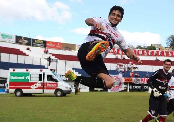 O atacante Aloísio marcou os três gols do São Paulo na vitória por 3 a 2 sobre o Inter, em Caxias do Sul