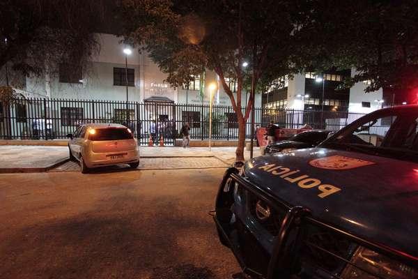 31 de outubro - Tiroteio em frente ao Fórum de Bangu, zona oeste do Rio, deixou uma criança e um policial militar mortos. Uma mulher e outro PM ficaram feridos