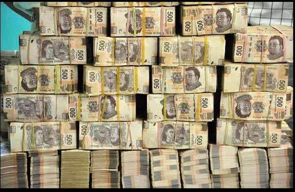 """EL hijo del narcotraficante Ismael El Mayo Zambada, Serafín, presumió en Twitter algunos de los lujos que vive. En esta imagen escribió """"Pesando el dinero""""."""