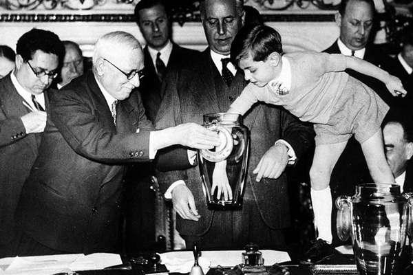 En 1938 el mítico Jules Rimet recibe la asistencia de un niño