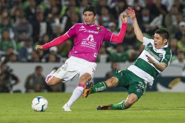 León empató 2-2 en su visita a Santos Laguna y finiquitó la serie al imponerse 5-3 en el marcador global y avanzar a la Final del torneo Apertura 2013, donde enfrentará al América.