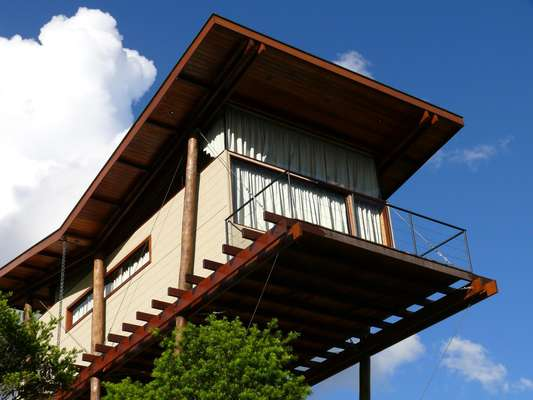 Para construir em uma área de preservação ambiental em Campos de Jordão, no interior de São Paulo, o arquiteto André Eisenlohr, do escritório Cabana Arquitetos, criou uma solução engenhosa: ergueu a casa sobre seis pilotis de eucalipto, o que dá a sensação de que o imóvel está suspenso no ar. Informações: (11) 99543-4843