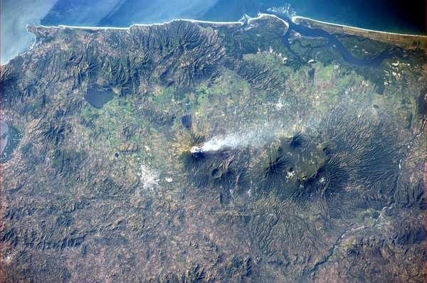 O americano Rick Mastracchio, que está na Estação Espacial Internacional (ISS), divulgou esta imagem de um vulcão em El Salvador no dia 30 de dezembro