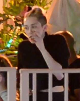 Miley Cyrus se divirtió de lo lindo en Miami donde se fumó uno que otro cigarrillo sospechoso.