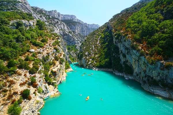 Gorges du VerdonVisualize a combinação: um rio de águas turquesas atravessando um gigante cânion, este rodeado de imponentes falésias de calcário que sediam, em seu topo, vastos campos de lavanda com visual cor de púrpura e suaves aromas. Ok, pode parar de sonhar acordado. Tudo isso e mais fazem do Gorges du Verdon, nos Alpes de Haute-Provence (sudeste da França), um dos mais belos parques regionais franceses