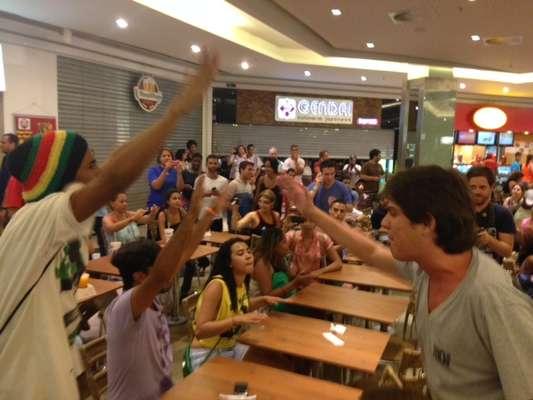 """Marcado como """"rolezinho"""", protesto teve princípio de confusão no Shopping Plaza, em Niterói (RJ)"""
