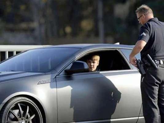 Conducir en estado de ebriedad. Justin Bieber fue arrestado por hacer carreras ilegales de autos, bajo los efectos del alcohol y resistirse a las autoridades el 23 de enero de 2014, después de supuestamente conducir a exceso de velocidad en una zona residencial de Miami Beach en un Lamborghini amarillo con una licencia de conducir expirada.