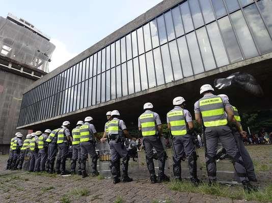 """25 de janeiro - O policiamento foi reforçado na Avenida Paulista em preparação para o protesto reunido sob o lema """"Não vai ter Copa"""""""