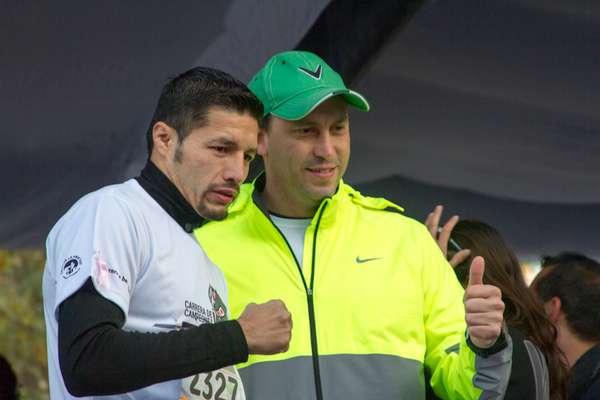 Johnny González, campeón Pluma del CMB, junto a Horacio de la Vega, director del Instituto del Deporte del Distrito Federal.