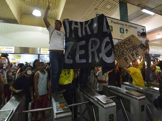 28 de janeiro - Um grupo de aproximadamente 200 manifestantes invadiu nesta terça-feira a estação Central do Brasil, no centro do Rio de Janeiro, e incentivou usuários a entrarem no local sem pagar, em protesto contra o aumento na tarifa das passagens de ônibus
