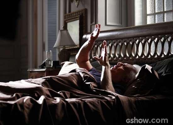 Cego, César (Antonio Fagundes)aparece deitado em uma cama e parece enxergar as próprias mãos.