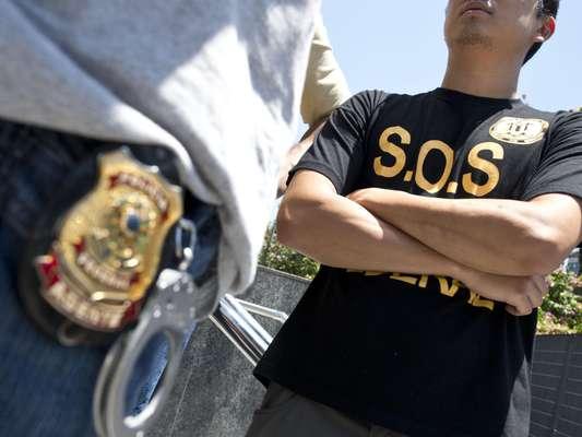 Agentes, escrivães e papiloscopistas da Polícia Federal em Brasília penduraram as algemas simbolicamente, em protesto por melhores salários e condições de trabalho