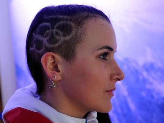 Ina Meschik, atleta do snowboard da Áustria, fez um sidecut hair e desenhou os arcos olímpicos