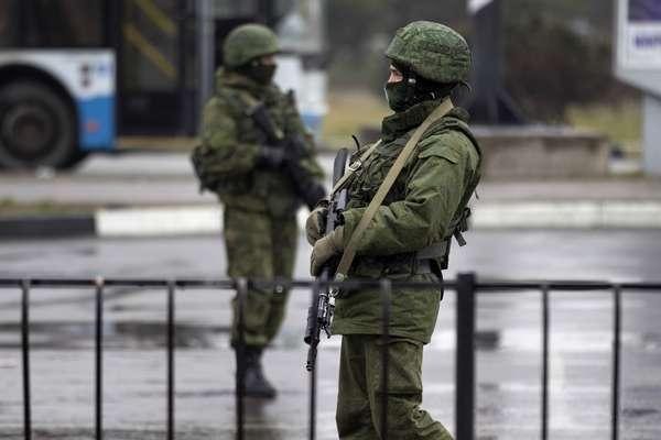 """Un grupo armado prorruso irrumpió la madrugada de hoy en el aeropuerto de Simferópol, la capital de la república autónoma ucraniana de Crimea. """"No disimulan que pertenecen a las fuerzas armadas rusas"""", denunció el ministro del Interior de Ucrania."""