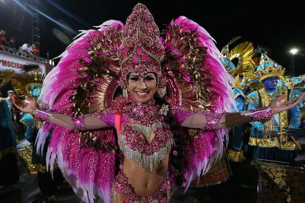 A rainha da bateria Aline Oliveira canta o samba enredo em tributo à fé durante o desfile da Mocidade Alegre em São Paulo