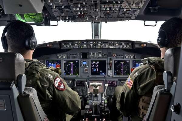 24 de março - aviadores navais durante uma missão para ajudar nas operações de busca do vôo MH370 da Malaysia Airlines. Ventos fortes e clima gelado interromperam as buscas aéreas em 27 de março