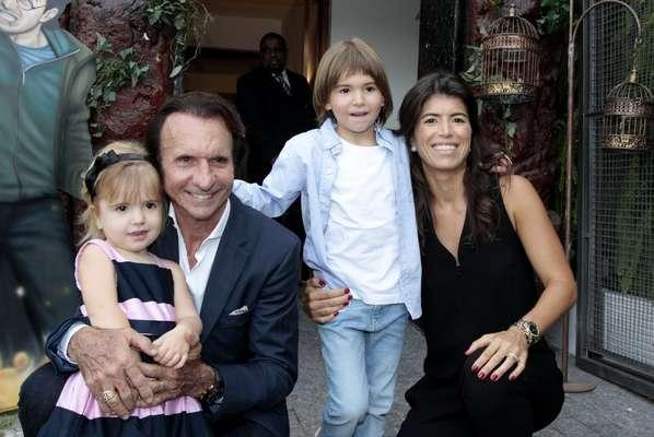 """Emerson Fittipaldi e a mulher, a empresária Rossana Fanucchi, receberam vários """"mini famosos"""" no aniversário dos filhos, Emerson, 7 anos, e Vitória, 4 anos, que aconteceu em um buffet infantil em São Paulo, nesta quarta-feira (2)"""