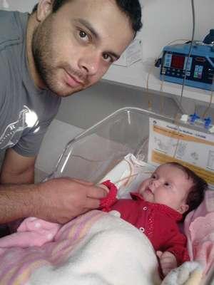 Pai da bebê passa as noites no hospital, nos intervalos do trabalho como ajudante de motorista