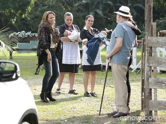 Shirley visita a fazenda do pai para conhecer os irmãos gêmeos. Rafaela, então, conta que está grávida novamente