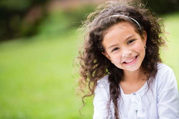 É importante valorizar a textura natural do cabelo e não usar secador e chapinha na criança