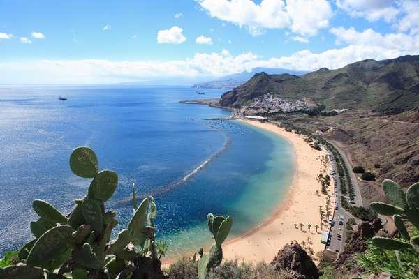 Santa Cruz de Tenerife encanta pela paisagem montanhosa atrás das praias
