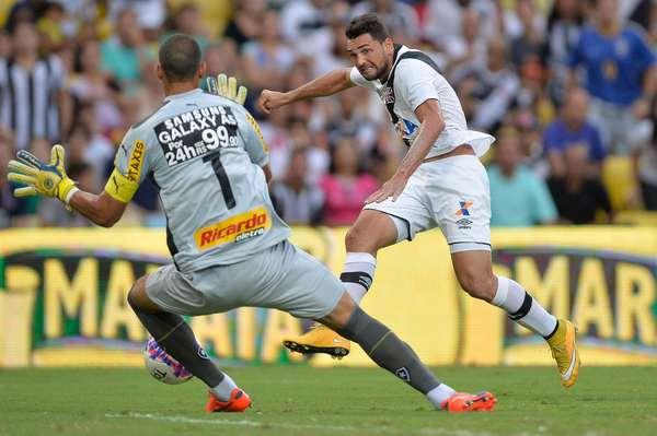 Gilberto chuta para abrir o placar para o Vasco durante o empate por 1 a 1 com o Botafogo, no Maracanã