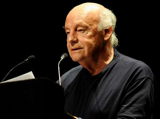 El escritor uruguayo Eduardo Galeano perdió la vida el 13 de abril de 2015, luego de luchar contra el cáncer de pulmón que padecía. El autor de 'Las venas abiertas de América Latina' estuvo internado una semana antes de morir.