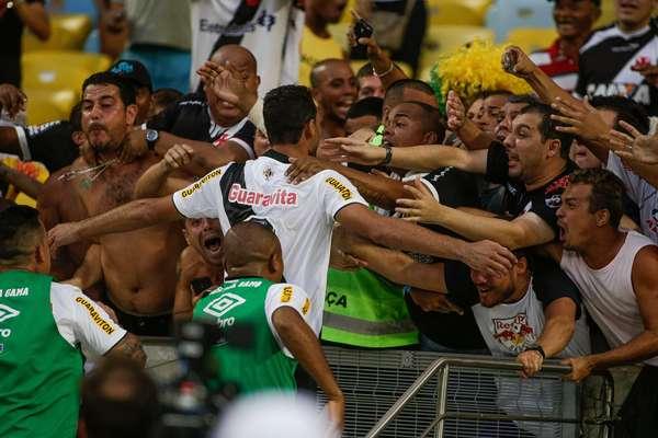 Gilberto partiu para a galera na comemoração do único gol do jogo entre Flamengo e Vasco, que colocou o time cruzmaltino na final do Campeonato Carioca