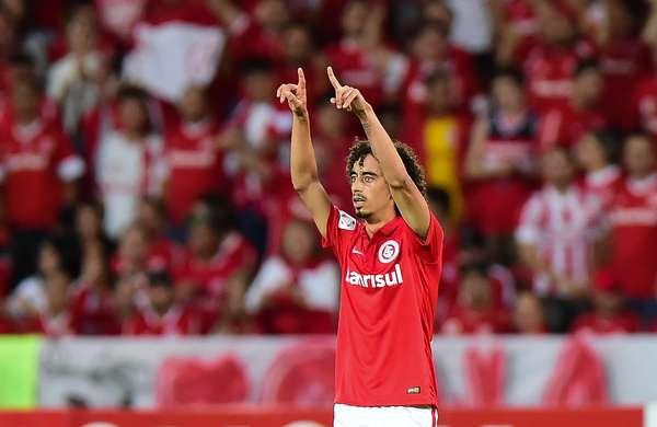 Valdívia comemora seu gol após cruzamento de Eduardo Sasha