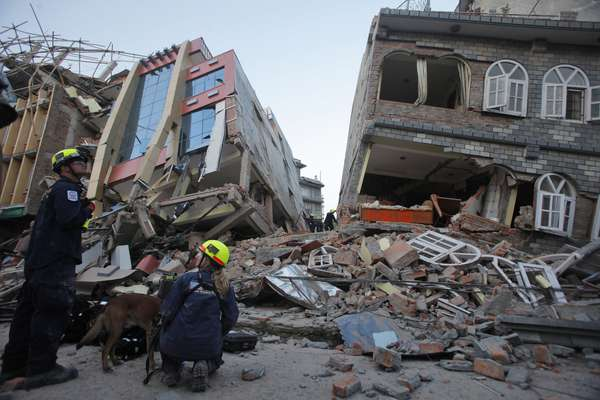 O terremoto desta terça-feira no Nepal deixou pelo menos 57 mortos e 1.129 feridos, grande parte deles no distrito de Dolakha, a noroeste de Katmandu