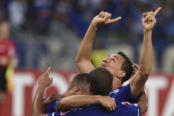 Equipe do Cruzeiro faz a festa com gol de Leandro Damião