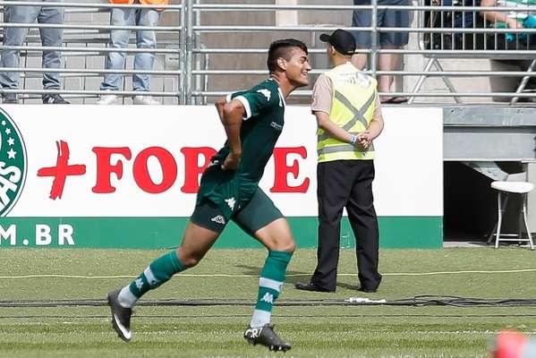 Péricles dividiu com Victor Ramos no lance que acabou em gol contra do zagueiro palmeirense
