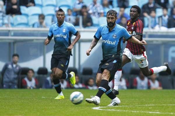Douglas comandou as ações ofensivas do Grêmio na etapa inicial